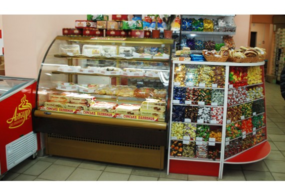 Разница между обычными и холодильными витринами для демонстрации хлебобулочных и кондитерских изделий